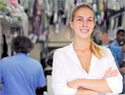 Zufriedene Textilpflege-Mitarbeiterin